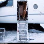 Explosion de la porte d'un avion en stationnement